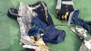 Предметы, найденные на месте крушения самолета EgyptAir