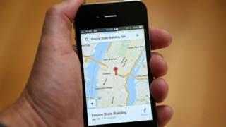 Un teléfono con Google Maps