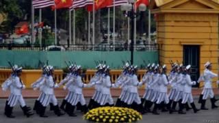 越南海军仪仗队在欢迎奥巴马的仪式行列队走过