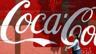 Un mural con el logotipo de Coca Cola en Caracas