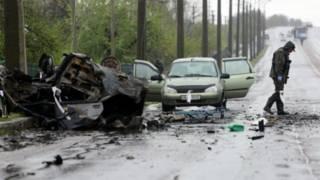 今年4月,烏克蘭東部小鎮Olenivka,一名專家在烏克蘭叛軍控制點附近檢查一輛遭遇炸彈攻擊的轎車。