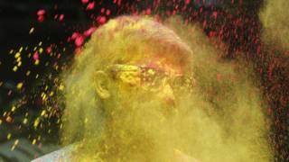 Участник фестиваля красок в Индии