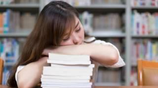 Lo que podemos aprender del inemuri, la costumbre japonesa de quedarse dormido en cualquier parte
