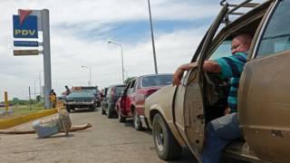 Fila para echar gasolina en Maracaibo