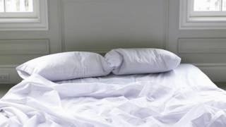 Две подушки в расстеленной постели