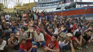 圖為2015年在印度尼西亞一座漁場的緬甸漁工,在被問到誰想回家時的舉手情況。