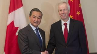 左:中国外交部长王毅 右:加拿大外交部长斯蒂文•迪翁(Stephane Dion)