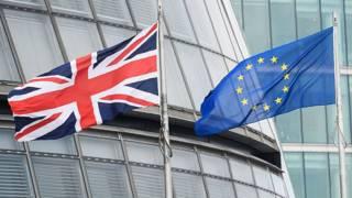 Флаги Британии и ЕС у мэрии Лондона