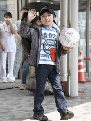 अस्पताल से घर जाता यामाटो टानूका होकाइडो .