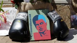 肯塔基州路易斯维尔市阿里中心外悼念群众留下拳王阿里画像与拳套等致哀(7/6/2016)