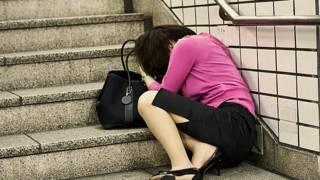 Японка спит на ступеньках подземного перехода