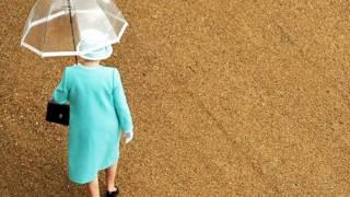 стиль британской королевы стал своего рода эталоном в женской деловой одежде.