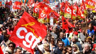 फ़्रांस में प्रस्तावित श्रम सुधारों के विरोध में पेरिस में प्रदर्शन करते मज़दूर.