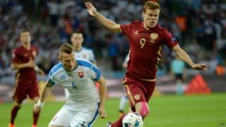 В группе В чемпионата Европы по футболу национальная сборная России проиграла Словакии со счетом 1:2