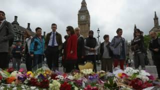 Hoa và nến tưởng niệm được đặt tại Quảng trường Quốc hội ở trung tâm LondonLondon