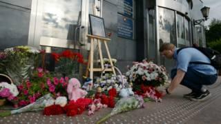 Цветы и игрушки у здания Департамента труда и социальной защиты населения города Москвы, в память о погибших детях на Сямозере в Карелии.