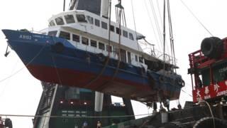 搬運人員從香港南丫島岸邊吊運移走南丫四號殘骸(14/10/2012)
