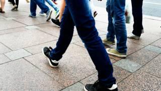 Ноги шагающего человека