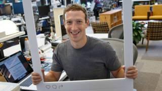 """Марк Цукерберг позирует на своим столом с рамкой """"Инстаграм"""""""
