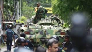 孟加拉國軍方的裝甲車在事發現場附近