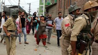श्रीनगर में पुलिस का विरोध करते लोग.