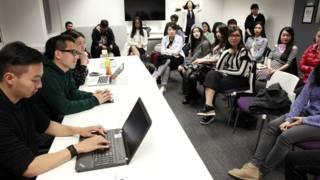 《中國留學生》劇組在英國高校與同學們見面交流