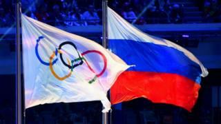 علم روسيا بجانب علم الأوليمبياد