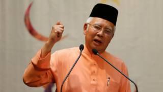 رئيس الوزراء الماليزي نجيب رزاق يواجه مطالبات بالاستقالة على خلفية فضيحة فساد