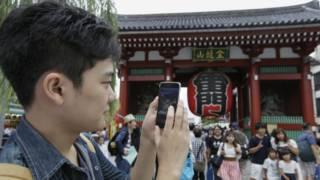 Một người chơi Pokemon Go tại Nhật