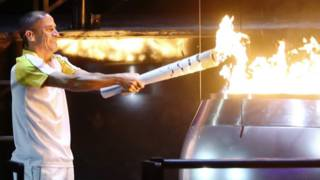 巴西田径运动员、曾夺得2004年雅典奥运会马拉松比赛铜牌的利马最终点燃了奥运主火炬。