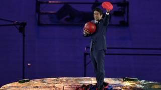 Японський прем'єр з'явився на закритті Олімпіади у костюмі Супер Маріо