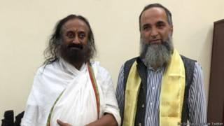 बुरहान वानी के पिता के साथ रविशंकर