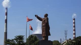 2016年8月,武鋼集團內的領袖雕像。武鋼是中國建國以後建設的第一個特大型鋼鐵廠。