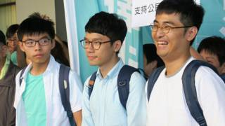 (左至右)黄之锋、罗冠聪与周永康在东区裁判法院外会见记者(BBC中文网图片21/9/2016)