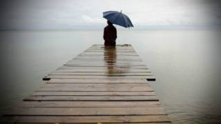 شخص وحيد عند البحر