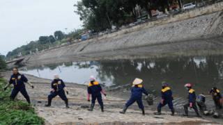 Công nhân môi trường nạo vét bùn ở một khúc sông Tô Lịch