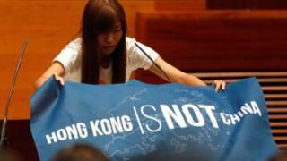 「青年新政」的游蕙禎展示「香港不是中國」(Hong Kong is not China)的藍色旗幟