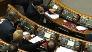 Депутати парламенту голосують у сесійній залі