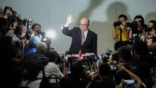 胡國興在香港新聞發佈會現場向記者們揮手(27/10/2016)