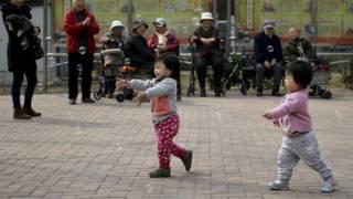 北京居民區當中玩耍的兩個小孩