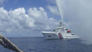中國海警船靠近一艘菲律賓漁船