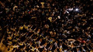 """香港警察与""""本土派""""示威者在中联办外冲突(6/11/2016)"""