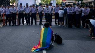 11月17日上午,支持与反对同性婚姻的群众皆在立法院外集会。