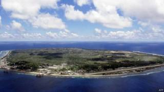 Мігранти потрапляють до центрів для біженців на острів Науру або в Папуа - Новій Гвінеї.