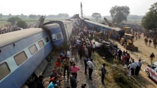 印度北方邦坎普尔救援人员在扭曲的火车车体中搜索伤者(20/11/2016)