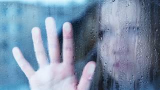 Дівчина біля вікна