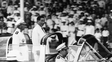 Tổng thống Ngô Đình Diệm duyệt đội lính nhân một dịp kỷ niệm ngày lập quốc ở miền nam