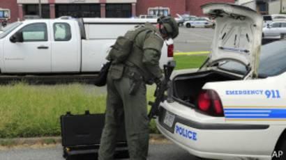 Aaron indicó que es posible que el sospechoso haya herido a una persona con el hacha, aunque esta información está por confirmar.