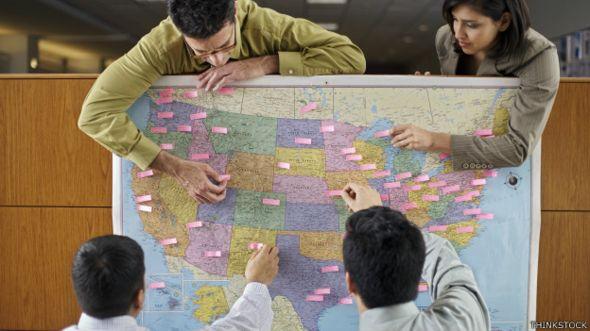 Empleados marcan un mapa de EE.UU. con anotaciones