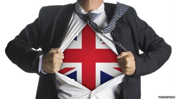 Ejecutivo que se descubre una camiseta con la bandera de Reino Unido